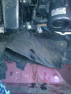 Течет вода из стыка листов кузова. Сторона переднего пассажира.-0103.jpg