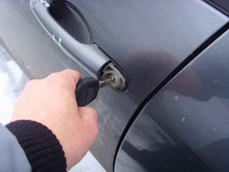 Как сделать чтобы у машины открывался багажник